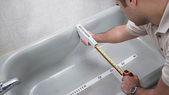 bath-fitter-sales-consultant-measuring-bathtub